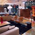 Кресла и столик Minotti, свет Flos, бар и подсвечники Sawaya& Moroni