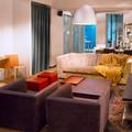 Кресла, диван и консоль справа Minotti, консоль слева Giorgetti, подвесной светильник Artemide, пуфы красные Cristian